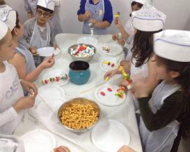ימי הולדת לילדים, יום הולדת לילדים, סינרים מבשלים ביחד, פעילויות לילדים